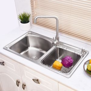 Moderne évier à encastrer en acier inoxydable 304, design de courbe 2 bacs grands avec panier de vidage et distributeur de savon pour cuisine AOM7643